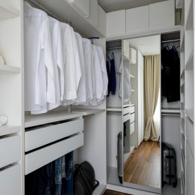 Ламинированный пол в небольшом гардеробе