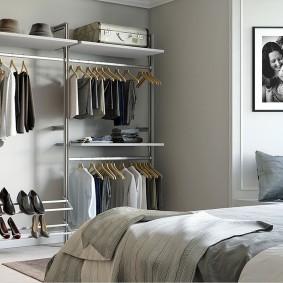 Открытая система хранения одежды и вещей в спальне
