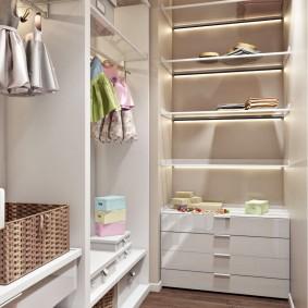 Точечные светильники на полках гардеробной комнаты