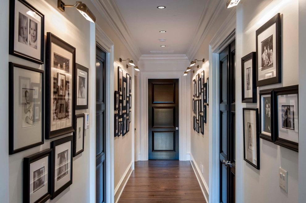 Длинный коридор с фотографиями в рамках