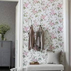 Вешалка на стене для верхней одежды