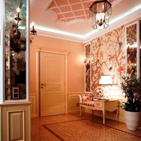 Винтажный светильник на потолке в прихожей