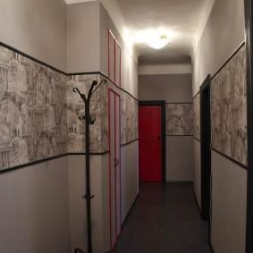 Длинный коридор с обоями разного типа