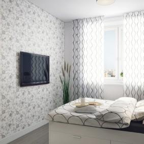 Телевизор на стене спальни с бумажными обоями