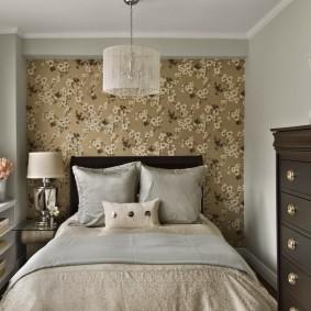 Коричневый комод в маленькой спальне