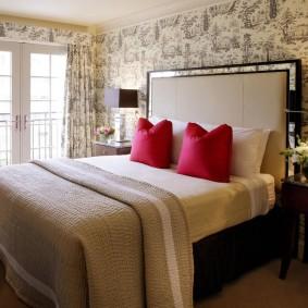 Красные подушки на двухспальной кровати