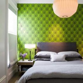 Зеленые обои в интерьере спальной комнаты