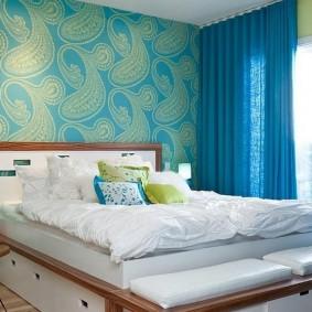 Синие шторы в спальне с обоями