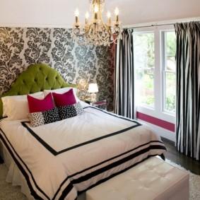 Полосатый текстиль в интерьере уютной спальни