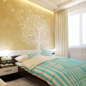 Полосатое одеяло на широкой кровати