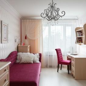 Розовый диван в комнате девочки