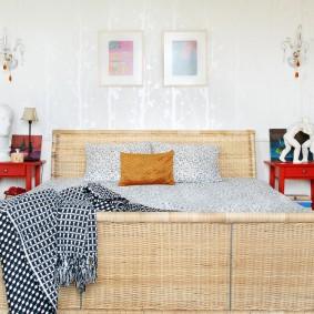 Плетенная спинка кровати в спальне супругов