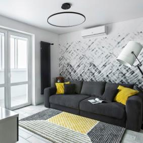 Серый диван в гостиной с большим окном