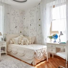Детская кроватка в углу светлой комнаты
