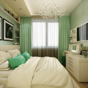 Светло-зеленые занавески в узкой комнате
