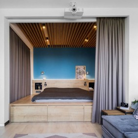 Кровать-матрас на подиуме из фанеры
