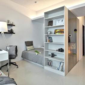 Зонирование стеллажами однокомнатной квартиры