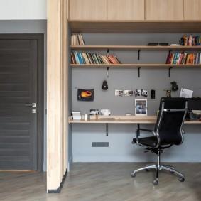 Офисный стул на хромированном основании