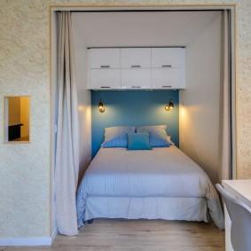 Синяя стена над спинкой кровати