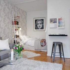 Обои с неброским рисунком на стене квартиры