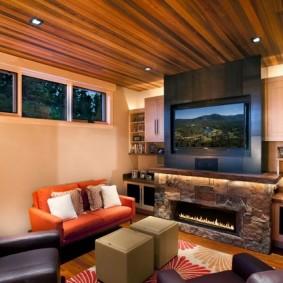 Деревянный потолок в комнате с биокамином