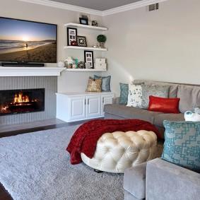Белые полки на стене с телевизором