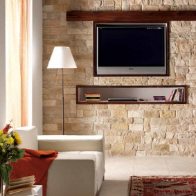 Декор камнем стены с телевизором