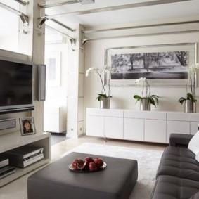 Серый диван в зоне отдыха гостиной