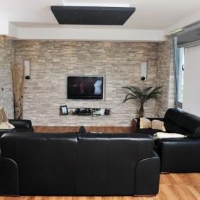Отделка декоративным камнем стен в гостиной