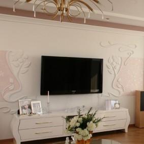Полиуретановая лепнина на стене в гостиной