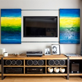 Модульные картины рядом с телевизором в зале