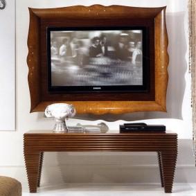 Небольшой телевизор в деревянной рамке