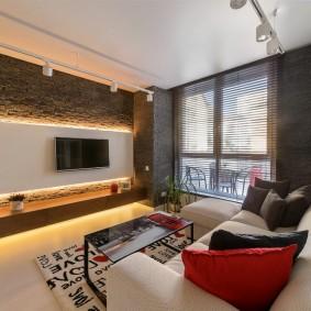 Удобный диван напротив телевизионной панели