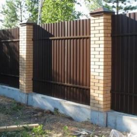 Кирпичные столбы на бетонном фундаменте