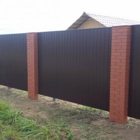 Ограда со столбами из облицовочного кирпича