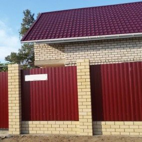Капитальный забор с кирпичными колоннами