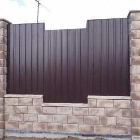 Декоративный забор из крашеного профлиста