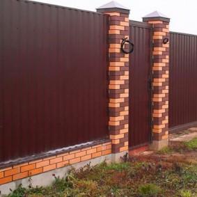 Комбинированная ограда на загородном участке