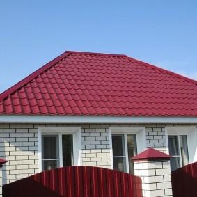 Крыша из металлочерепицы на частном доме