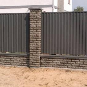 Темный забор в ландшафтном дизайне
