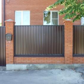 Красивый забор из профлиста перед домом из кирпича