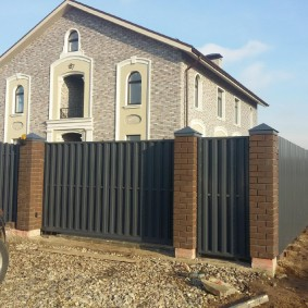 Загородный с отделкой фасада искусственным камнем
