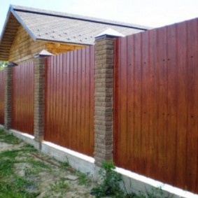 Полимерное покрытие с имитацией натурального дерева на заборе