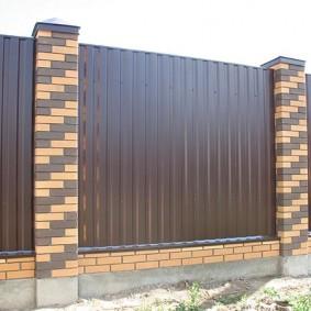 Темно-коричневый профнастил на садовой ограде