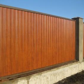 Забор из профилированного листа на бетонном основании