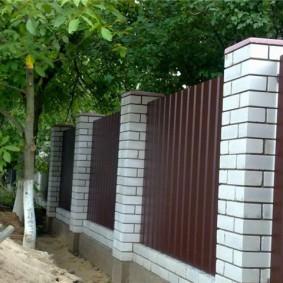 Ограждение плодового сада крепким забором