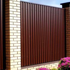 Высокий забор из современных материалов
