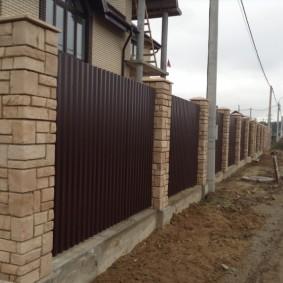 Облицовка столбов ограды искусственным камнем