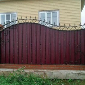 Волнообразный забор из профильного листа