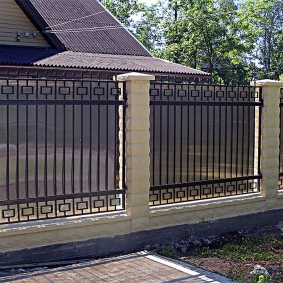 Металлический забор с поликарбонатом на кирпичных столбах